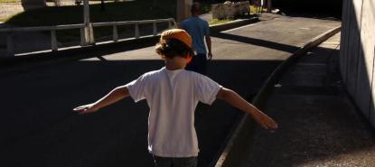 Vignette un enfant se promène dans la rue